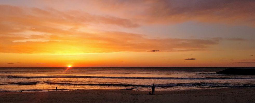 Praia, chinelos, e, chapéu natal, ligado, azul, madeira Arquivos de Fotografia
